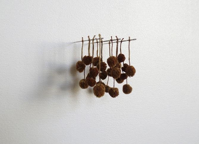 Kleines Kugelgehänge, pendentif petite boule, 2010, fleurs d'arbres, aiguilles